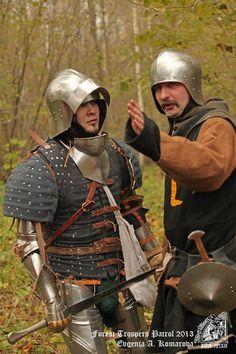 Links in het beste plaatstaal en brigandine, recht met enkel een helm en zijn wapenkleed. Het verschil moet er zijn.