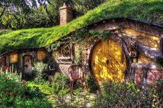 Do you want to live like the Baggins and have your own hobbit house?Well here are the steps. This is one of the most fun DIY projects out there. Diy House Projects, Cool Diy Projects, Craft Projects, Layout Design, Build A Playhouse, Good House, Play Houses, Fairy Houses, The Hobbit