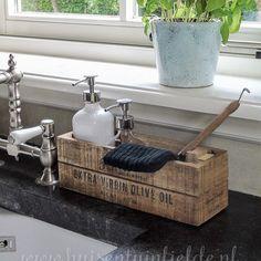 Op Huis en TuinLiefde vind je nu een leuke stylingtip om al je afwasspullen mooi bij elkaar op te bergen Link nu in bio huisentuinliefde homedecor afwasspullen stylingtips interieurstyling kitchenhacks