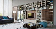 Bibliothek mit TV und viel Stauraum