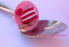 Anillo Arcilla Polimérica Miniatura Porción Tarta Pink Velvet Factoria de Colores