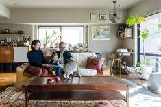 光が差し込むリビングに集う浅田さん一家とシンガプーラのポル。広々としているので、子供の友達が集まっても大はしゃぎ。 Boho Living Room, Cozy Fashion, Drawing Room, Modern Boho, My Room, Dining, Architecture, Simple, Interior