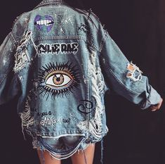 blaue Jeansshorts, blaue Jeansjacke und Bild einer beunruhigten Jacke blue denim shorts, blue denim jacket and image of a distressed jacket – – Kleidung Design, Diy Kleidung, Denim Jacket Patches, Denim Shorts, Demin Jacket, Jean Jacket Outfits, Painted Denim Jacket, Distressed Denim Jackets, Distressed Clothes