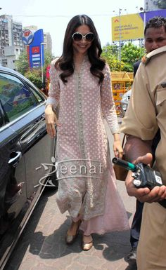 Deepika Padukone Salwar Kameez at Siddhivinayak Temple Salwar Designs, Kurta Designs Women, Kurti Designs Party Wear, Blouse Designs, Indian Fashion Dresses, Dress Indian Style, Indian Outfits, Indian Attire, Indian Wear