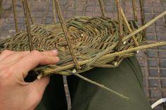 Weaving a basic basket Paper Basket Weaving, Willow Weaving, Rope Basket, Bramble, Crafts, Craft Ideas, Hampers, Manualidades, Diy Ideas