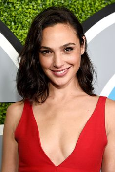 Gal Gadot Photos - Gal Gadot attends the 2017 GQ Men of the Year party at Chateau Marmont on December 2017 in Los Angeles, California. (Photo by Michael Kovac/Getty Images for GQ) * Local Caption * Gal Gadot - 2017 GQ Men of the Year Party - Arrivals Gal Gadot Style, Gal Gadot Photos, Gal Gardot, Medium Curls, Gal Gadot Wonder Woman, Femmes Les Plus Sexy, Lob Hairstyle, Hairstyles, Gq Men