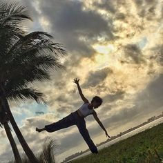 Accepting what is and letting go of what it was is part of being in the moment. Changes are part of life. That's how we grow! ✨ • #YogaYely  _________________________  Aceptar lo que es y dejar ir lo que fue, forma parte de estar en el momento presente. Los cambios son parte de la vida. Es así como crecemos! ✨ • #YogaHispana  ________________________  Today I join #balancebums for day 6 #halfmoonpose with these fabulous hosts: @deandreyoga @shadesofjoy.co @kellymarie_yoga @jessicarichburg…