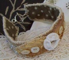 fabric cuff, with toggle sewn on Diy Fabric Jewellery, Fabric Bracelets, Textile Jewelry, Beaded Bracelets, Jewelry Crafts, Jewelry Art, Beaded Jewelry, Jewlery, Doilies Crafts