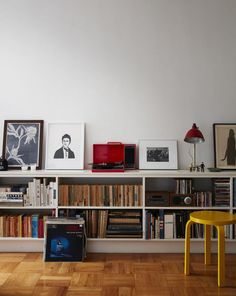 Two Magazine Creatives Fit Graphic Art and Vintage Furniture in a Brooklyn Apartment - Home D. - Two Magazine Creatives Fit Graphic Art and Vintage Furniture in a Brooklyn Apartment – Home Decor - Living Room Green, Living Room Decor, Living Rooms, Living Room Units, Home Living, Bedroom Decor, Apartamento No Brooklyn, Cafe Interior Vintage, Home Vintage