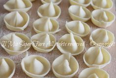 Homemade pasta sombreros my know-how Tortellini, Pasta Casera, Sweet Cooking, Pizza, Pasta Shapes, Italian Pasta, Homemade Pasta, Pasta Dishes, Pasta Recipes