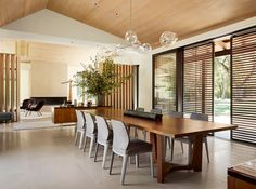 refined, contemporary interiors in a rural home | @meccitneriors | design bites | #diningroom #modernrustic California Living, California Homes, Northern California, Sandstone Fireplace, Woodland House, Sala Grande, Indoor Outdoor Living, Coffee Table Design, Mid Century House