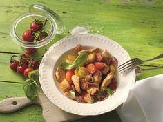 Haehnchensalat mit krossen Brotwürfeln und Tomaten #Haehnchen #Gefluegel #Rezept #Rezepte #Genuss #Kochen #Salat #Brot #Tomaten