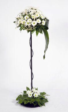 Canasta con gladiolas blancas ideas de centros de mesa y for Pedestales metalicos para mesas