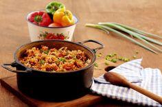 Carne picada, arroz, extrato de tomate: vamos por tudo numa panela só e facilitar para geral? E assim nasceu o arroz carreteiro, supostamente. Confira aqui como fazer.