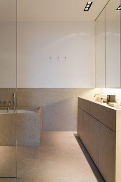 1,1m. hoge natuurstenen plint in de badkamer. Mooi en functioneel.