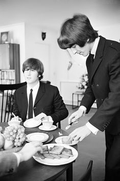 Image about john lennon in the Beatles🍏🎼🎸🎶 photos and pictures by p John Lennon, George Harrison, Great Bands, Cool Bands, Original Beatles, Richard Starkey, Les Beatles, Beatles Band, Beatles Photos