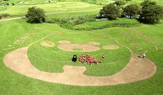 【熊本地震】 くまモン、おじぎの地上絵「がんばるモン」 公園に出現 写真・図版