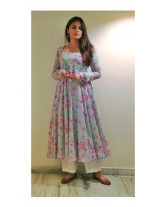 Casual Indian Fashion, Indian Bridal Fashion, Indian Fashion Dresses, Dress Indian Style, Indian Designer Outfits, Girls Fashion Clothes, Silk Kurti Designs, Simple Kurta Designs, Churidar Designs