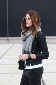 Grey scarf/black leather jacket/blogger Moderosa