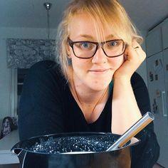 Kvällsfilosoferar över pannkakssmeten 🥞 Bästa tiden att laga mat är på kvällen när man får vara ifred 🙈