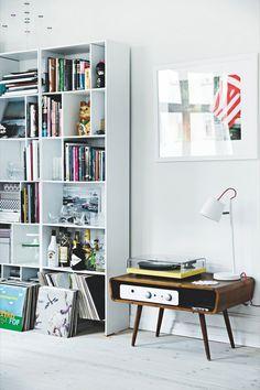 Music corner, music living room Item indispensável pra deixar sua casa mais alegre: vitrola (vintage ou retrô) não pode faltar!