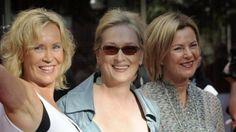 Agnetha, Anni-Frid, Björn og Benny fire ABBA-medlemmer på balkonen sammen med blandt andre Pierce brosnan og Meryl Streep.