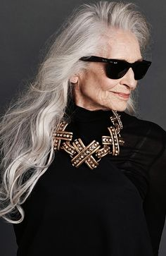 Daphne Selfe for Sunday Style Mature Fashion, Over 50 Womens Fashion, Fashion Over 50, Fashion Tips, Ladies Fashion, Style Fashion, Daphne Selfe, Blonde Grise, Beauty Hacks For Teens