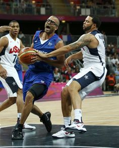 Deron Williams (R) of the U.S. strips the ball from France's Tony Parker during their men's Group A basketball match at the London 2012 Olympic Games in the Basketball arena July 29, 2012. REUTERS/Mike Segar (BRITAIN - Tags: OLYMPICS SPORT BASKETBALL)
