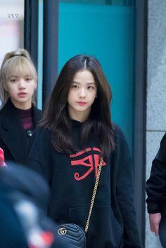 Jisoo (and Lisa) Blackpink Fashion, Korean Fashion, Fashion Outfits, Yg Entertainment, South Korean Girls, Korean Girl Groups, Black Pink ジス, Jennie Lisa, Airport Style