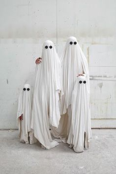Ghost family-great idea for halloween family pic:) Diy Halloween, Last Minute Halloween Kostüm, Halloween 2018, Family Halloween Costumes, Holidays Halloween, Halloween Decorations, Halloween Pictures, Happy Halloween, Ghost Pictures