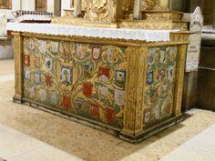 El Altar del Angel Custodio de España tien 27 escudos.