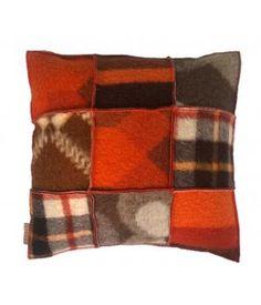 Kussen met een hoes van wollen dekens in bruin/  oranje kleuren. De hoes sluit met een knoopsluiting aan de achterzijde en is wasbaar op wolwasprogramma. Prijs is inclusief stevig binnnenkussen. Ook op bestelling in andere kleuren te maken