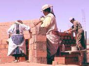 Aymara-vrouwen bouwen een nieuw centrum, 2004.