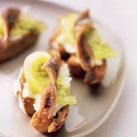Crostines de queso y anchoas con tomates verdes