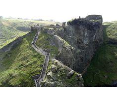 Arqueólogos encontram resquícios de castelo onde o Rei Arthur teria vivido