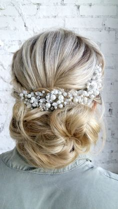 This truly gorgeous hair comb features sparkling rhinestones and pearls, all accented with dazzling Swarovski crystals. You will feel extra radiant on your special day with this piece and it will coordinate perfectly with any wedding dress. It is a fabulous choice for any classic, modern or vintage inspired bride.  This headpiece will perfectly complement your luxurious bridal look. ⭐️Find more details about this headpiece CLICK LINK in BIO