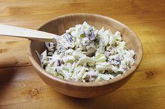 Een klassieker onder de salades is de Waldorfsalade. Deze salade, die oorspronkelijk alleen uit knolselderij, appel en wat mayonaise bestond, wordt volop gepimpt met kippenvlees, walnoten en bleekselderij. Het is een heerlijk frisse salade die het goed doet als complete maaltijd maar ook lekker is als (meeneem)lunch.