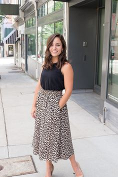 Cute Dresses, Tops, Shoes, Jewelry & Clothing for Women - How to style a midi skirt when you're petite Curvy Petite Fashion, Petite Fashion Tips, Petite Outfits, Curvy Outfits, Petite Dresses, Petite Skirts, Work Outfits, Midi Rock Outfit, Midi Skirt Outfit