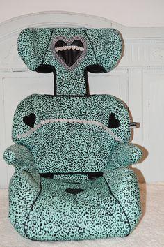 ANWB autostoel in een nieuwe bekleding gestoken - dierenprint turkois met lederen hartjes en zilveren hartjesband