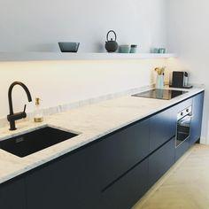 Black Kitchens, Home Kitchens, New Kitchen Interior, Timber Kitchen, Minimalist Kitchen, Apartment Kitchen, Küchen Design, Modern House Design, Kitchen Furniture