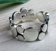 Echt zilveren (925) ring. De breedte van de ring is 9 mm. Verkrijgbaar in de volgende maten: 16.25 - 16.50 - 17.25 - 17.50 - 18 en 19. Prijs vanaf €27,50. Enkele tips: Probeer goed de juiste ma...