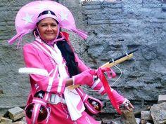 Sobrevivente vira cangaceira rosa que luta contra câncer de mama