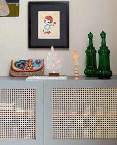 Como Ubatuba é uma cidade muito úmida, a arquiteta Andrea Murao evitou armários totalmente fechados para não ficarem com cheiro de mofo. Na maioria, fez portas vazadas com tela de palhinha para a ventilação ser constante, como na bancada da TV Interior Design Living Room, Interior Decorating, Interior Design Presentation, Tv Unit Design, Gifts For Office, Dream Decor, Decoration, Cool Furniture, House Styles