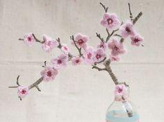 Tutorial fai da te: Come realizzare un ramo con fiori di ciliegio all'uncinetto via DaWanda.com