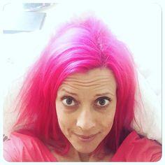 Nämen lite rosa hår piggar alltid upp  Trevlig helg allihop jag kör en ätarhelg och går all-in på allt jag vill ha   #friday #pinkhair #pinkhairdontcare #pinkhairedgirl #alltidretardetnågon #pinklady #pink #colourful #elumen #goldwell #pk@all #colouredhair #stickut #benandjerrys #icecream #cookiedough #chocolate #eating #påfyllnadshelg #entrecote #bea #raktutibiceps  by caadler