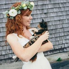Bride with a cat and a flower crown. Cat Wedding, Boho Wedding, Wedding Blog, Wedding Photos, Wedding Day, Bhldn Wedding, Floral Crown, Cat Day, Cats Of Instagram