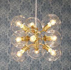 Tage 50 taklampa från Pholc. En unik takkrona-liknande lampa i modern stil. Detta är en utmärkt lampa att hänga över ett samlingsställe i hemmet, som ett matbor