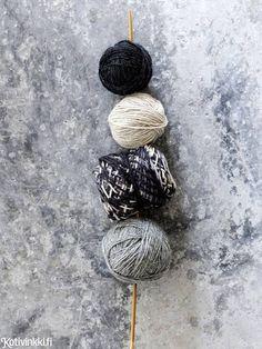 Lapaset jämälangasta – katso ohje ja neulo hauskat eriparilapaset sävy sävyyn! Mittens, Straw Bag, Knitting, Socks, Fingerless Mitts, Tricot, Breien, Fingerless Mittens, Stricken