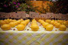 Autre moyen d'indiquer s palace a chaque invité: piquer des petites cartes dans des citrons pour former des marques places jaunes. Le concept est naturel et frais pour l'été. Pour un mariage en jaune, le citron revient souvent en décoration de table (dans des vases longs, directement plongés dans l'eau), ou bien comme porte nom !