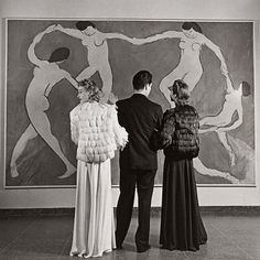"""""""Looking at Matisse, Museum of Modern Art"""", 1939. Photography by Louise Dahl-Wolfe. #Matisse #MoMA #MuseumofModernArt #NYC #NewYork #museum #oldphotography #vintagephotography #art #vintageart #oilpainting"""